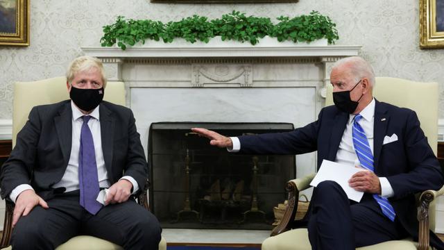 拜登会见英国首相时失禁?假的