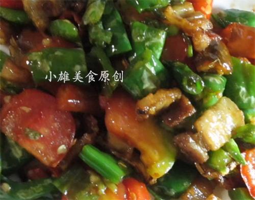 青椒炒肉的做法,农村小伙教你做家常菜青椒炒肉,这样做吃起来才香!