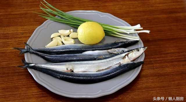 刀的做法,秋刀鱼不用红烧,烤着最好吃,教你用烤箱烤秋刀鱼