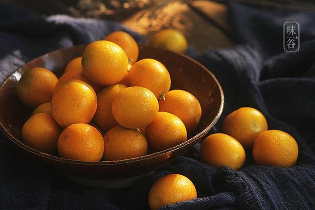 金桔的吃法,金桔别再生吃了,这样吃更有功效,对秋冬的咽喉疼痛特别有效