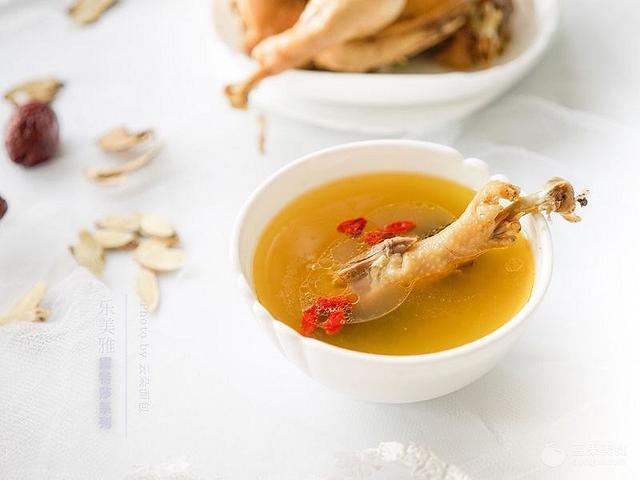 红枣鸡汤的做法,芪归红枣鸡汤#乐美雅玉罢不能#