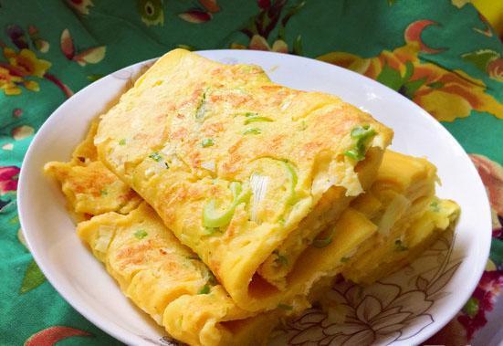 怎么做鸡蛋饼,好吃的葱花鸡蛋饼,简单易学又美味!