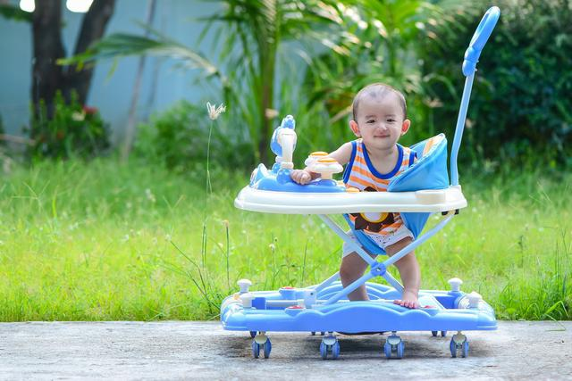 """婴儿学步车,为什么不建议宝宝使用""""学步车""""?这些危害,家长们要知道"""