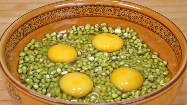 绿豆的吃法,绿豆别再炖了,打入4个鸡蛋,学会这样做,太香了,比吃肉还过瘾