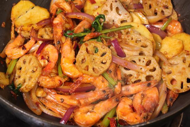 基围虾怎么做好吃,年夜饭端上这菜,40一斤基围虾加点配菜,香辣鲜香,红红过新年