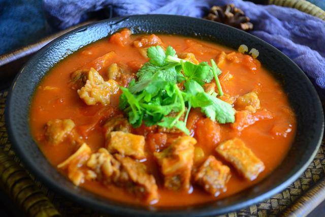 """西红柿炖牛肉的做法,给年夜饭添一道""""西红柿炖牛腩"""",肉质软烂汤鲜美,寓意牛气冲天"""