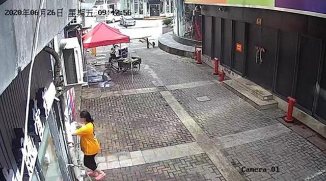 掐死婴儿,上海一女子在厕所产子,掐死后弃尸垃圾桶,不知孩子生父是谁