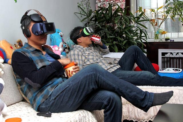 4k  vr,躺在沙发上看巨幕电影,4K级别VR一体机成为观影新风尚