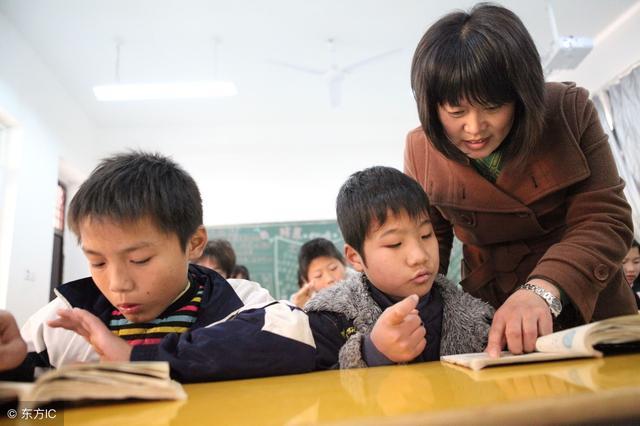 """自家孩子没被分到""""培优班"""",家长大闹学校:凭什么放弃我的孩子"""