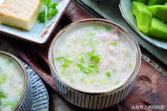 北京烤鸭的吃法视频,烤鸭好吃,骨头也别扔,熬一锅鸭架粥,鲜香滋味会飘满整栋楼