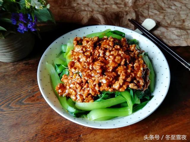 油菜的做法,油菜夏天不炒着吃,这个做法又绿又嫩味道还香,一大盘不够吃