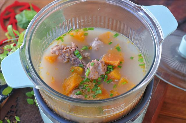 木瓜的吃法,冬天吃肉多,木瓜别错过,锅里撒几片,肉嫩汤浓不油腻,好吸收