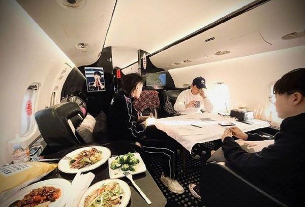 太壕了!黄子韬彭昱畅坐私人飞机出行,打牌吃美食太惬意 全球新闻风头榜 第3张