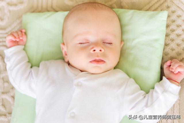 婴儿枕,到底要不要给宝宝用枕头呢?宝宝有这些表现,就可以用枕头了