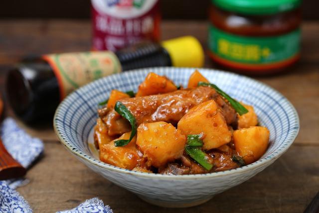 黄豆排骨的做法,排骨和土豆炖一锅,色香味俱全看着就有食欲,米饭一定要备足才行