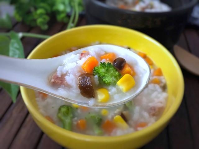 玉米粥的做法,秋季天冷,学会这样做香菇玉米粥,暖心又暖胃,家里人特喜欢