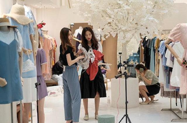 服装店投资,江西妈妈开服装店,衣服都打1折了,不仅没亏还赚了80万,可借鉴