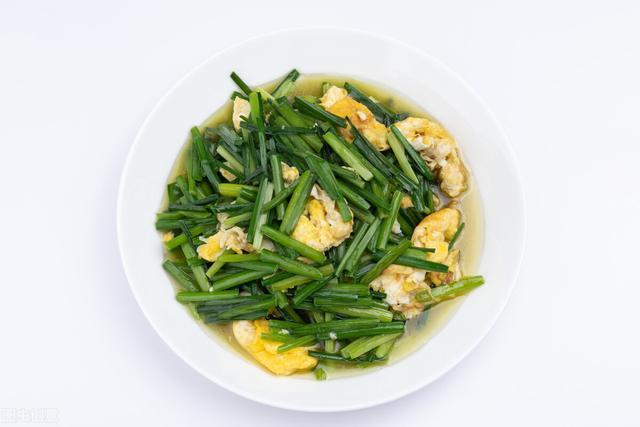 韭菜炒鸡蛋的做法,韭菜炒鸡蛋时,要想韭菜不出水,试着做一次,简单易会