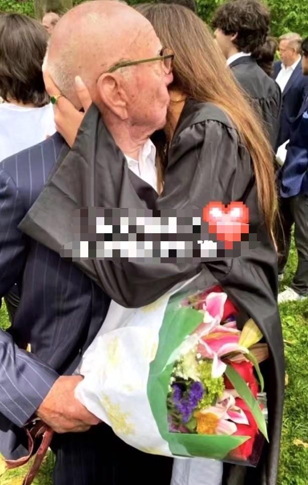 邓文迪罕晒前夫与俩女儿,90岁默多克献花亲女儿,满面红光精神好 全球新闻风头榜 第2张