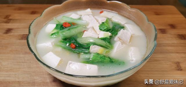 白菜豆腐汤的做法,气温骤降,用白菜和豆腐做营养汤,汤鲜味美,我家隔三差五做一次