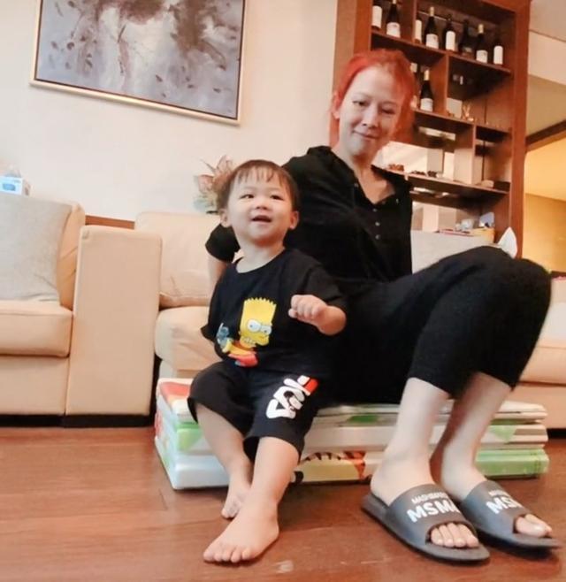 蔡少芬与2岁儿子同框,素颜出镜变化大,豪华客厅曝光一柜酒吸睛 全球新闻风头榜 第3张