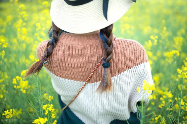 一句看油菜花的心情,油菜花开之际,幸福的花香一浪浪,蜜蜂落于枝头,而你在我心头