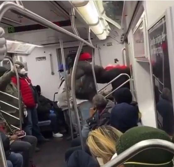 纽约种族歧视太严重!黑人地铁上殴打亚裔男子,周围乘客无人劝阻