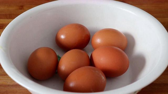 荷包蛋怎么做,荷包蛋这做法头一次见,又快速又不散开,一次做6个,太香了