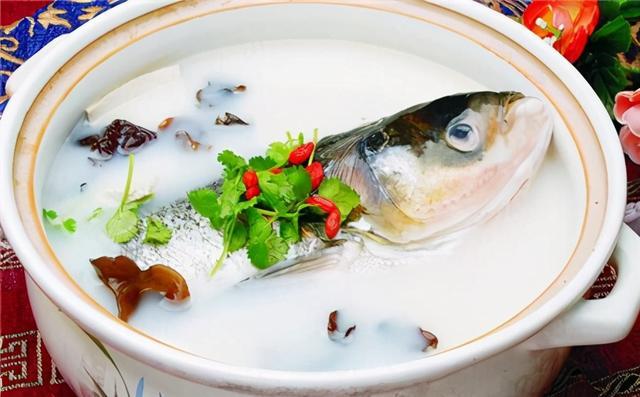 """鱼头豆腐汤的做法,炖鱼头豆腐汤时,记住""""3做1不放"""",鱼汤没有腥味,汤汁浓白"""