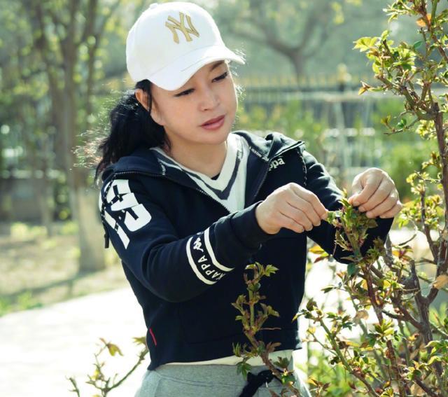 65岁刘晓庆身材太臃肿,葫芦腰围比少女粗一倍,耳垂太长显怪异 全球新闻风头榜 第4张