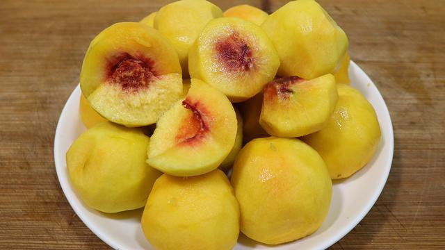 做罐头怎么做,教你黄桃罐头的正确做法,果肉香甜,比买的好吃,放一年不怕坏