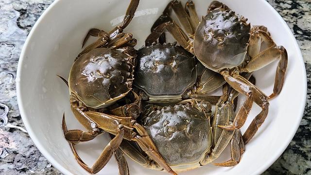 香辣蟹的做法,螃蟹的家常做法,鲜香美味又营养,一口咬下去,满嘴的蟹黄