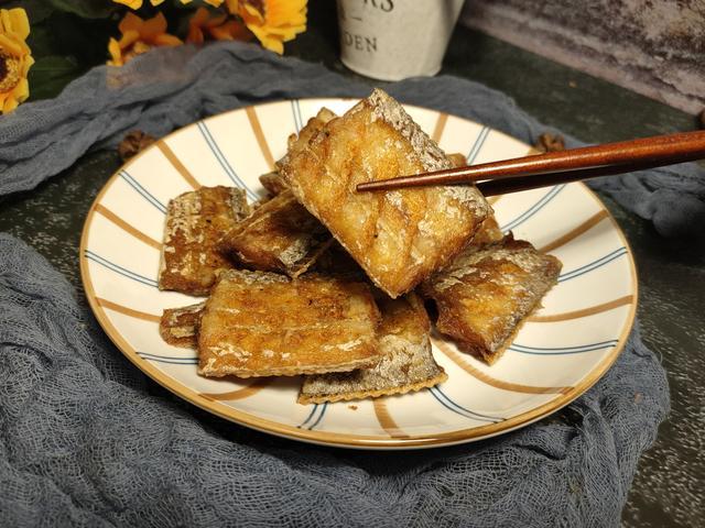 干炸带鱼的做法,干炸带鱼,挂面糊还是拍淀粉别搞错,学会这样做,又香又酥不够吃