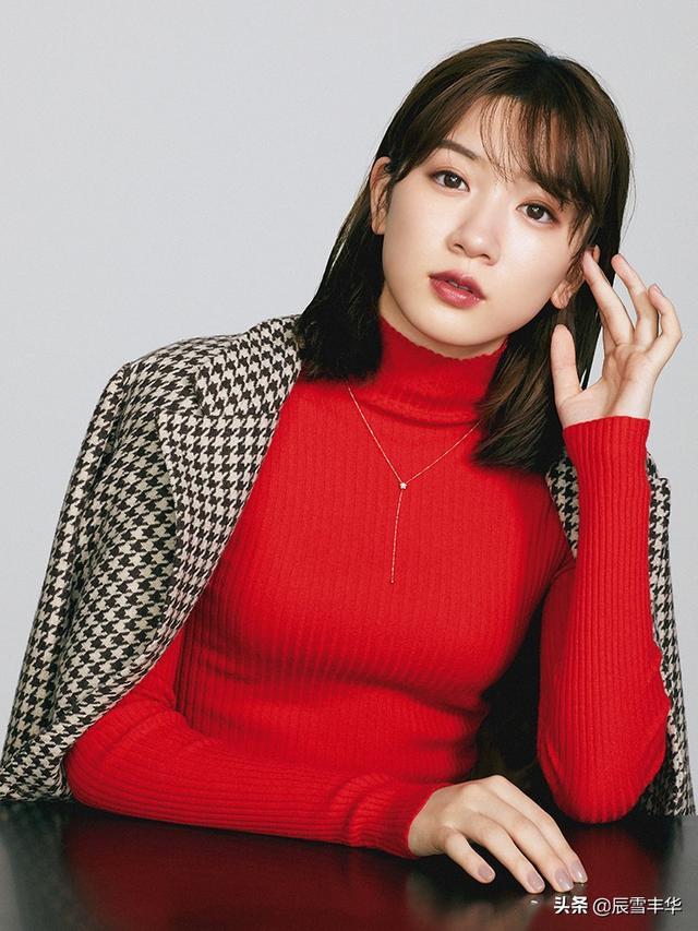 熟女图片,日本模特永野芽郁写真曝光,红蓝绿针织衫打造熟女形象,太甜美