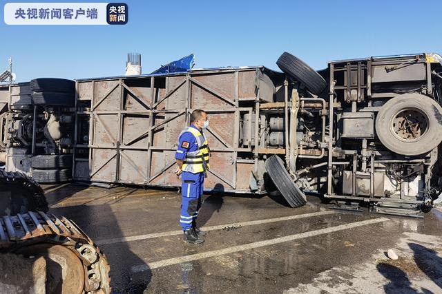 河北石家庄平山县一大巴车坠入河中 车辆已被打捞上岸 全球新闻风头榜 第2张