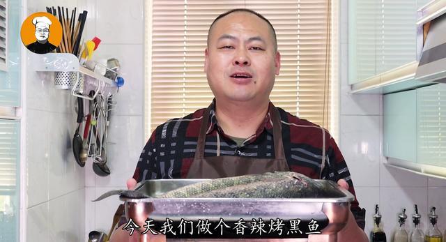 烤鱼的做法,想吃烤鱼不用去饭店!教你在家做,香辣入味,2条黑鱼不够吃