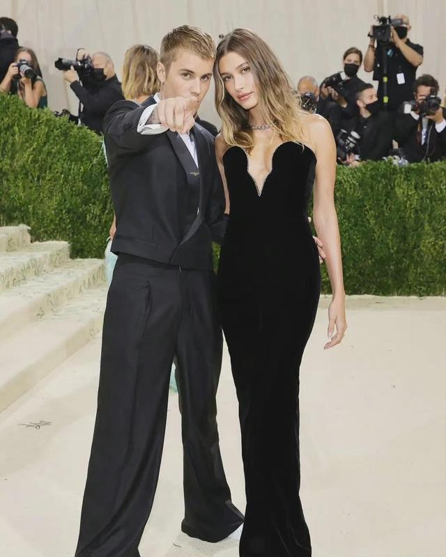 比伯夫妇Justin Bieber携爱妻Hailey Bieber亮相Met Gala红毯。 