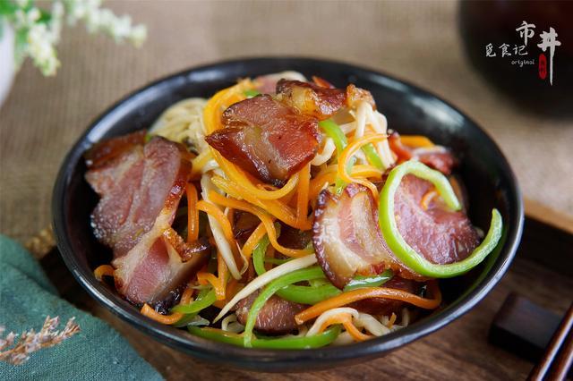 """腊肉怎么做好吃,炒腊肉时,记住先""""1泡1烤1煮"""",腊肉不咸不肥腻,味道香的很"""