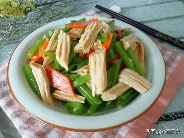 凉拌腐竹的做法,夏季吃腐竹,不炒也不烧,凉拌最好吃,教你9道家常凉拌的做法