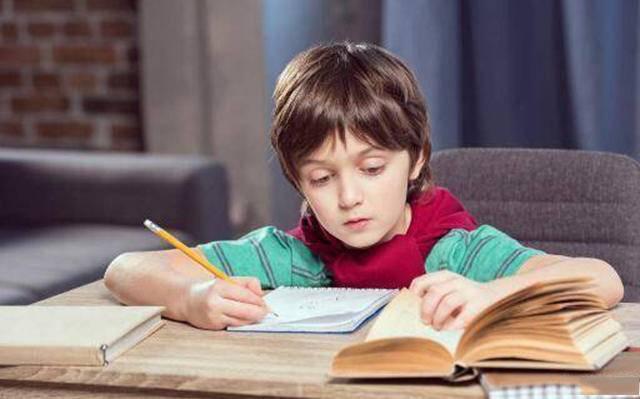 小学二年级,一二年级写作业,父母的帮助非常重要!好的能力习惯影响孩子一生