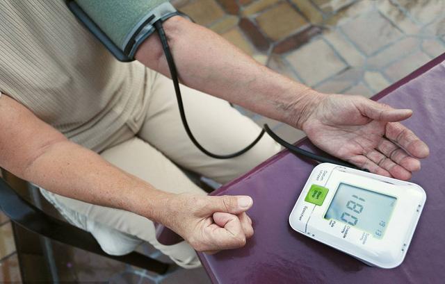 血压高怎么降压最快,血压飙到95-180,家人搀着来看老中医,老中医用指甲降压快
