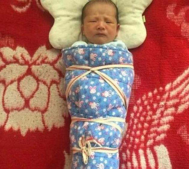 """包婴儿,老人带娃有""""绝招"""",新生宝宝被捆成""""粽子"""",医生气得直跺脚"""