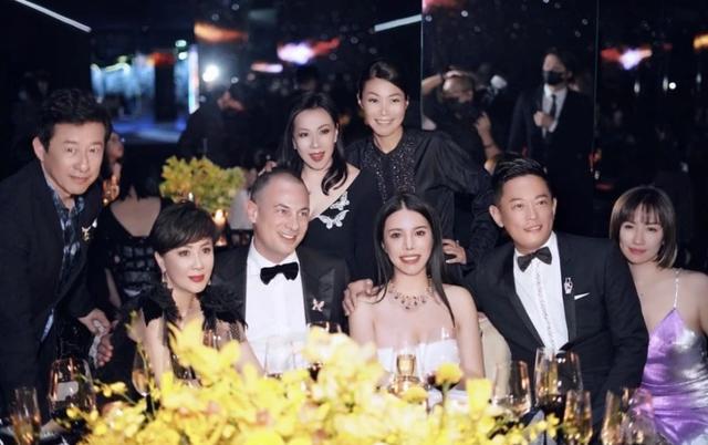 姓余的名人,与刘嘉玲同框坐C位,和贝嫂何超盈是好友,余晚晚到底什么来头?