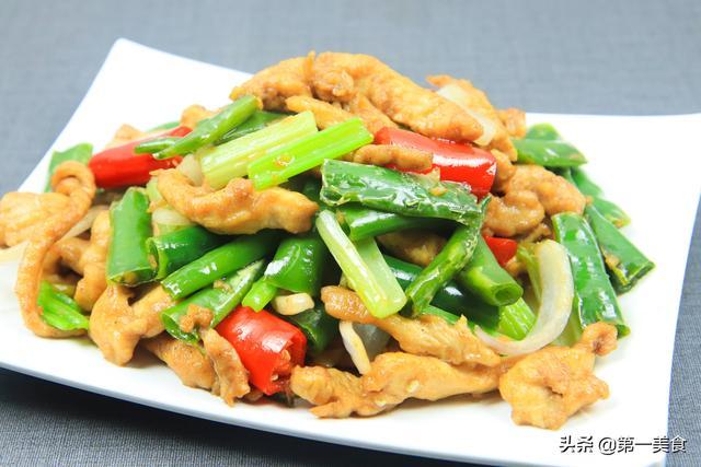 鸡柳的做法,1块鸡胸肉,2根线椒,几分钟做一盘滑嫩爽口的线椒鸡柳