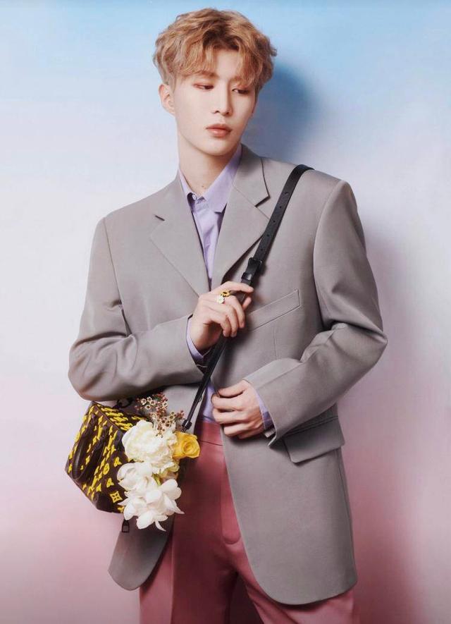 范丞丞图片,20岁范丞丞又帅了,灰色西装韩范十足,没了范爷护航发展依旧好