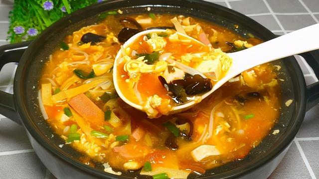 酸辣汤的家常做法,这才是酸辣汤的正确做法,鸡蛋不散花,口感酸辣,暖胃又暖心