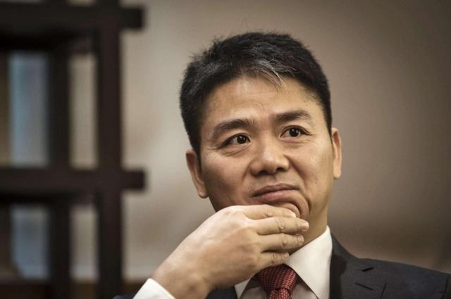 京东刘强东前额上的一撮白头发,是怎么来的?