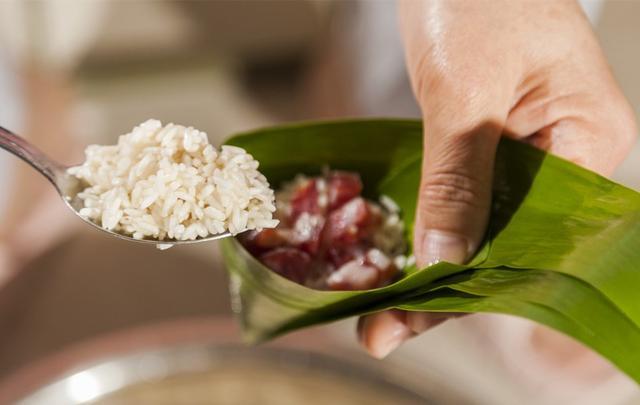 粽子怎么做,粽子最简单的2款做法,不漏米不夹生,手把手地教你,软糯好吃
