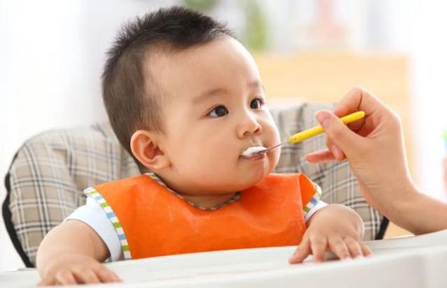 婴儿六个月,6-12个月宝宝如何添加辅食?奶和辅食具体怎么安排?答案在这
