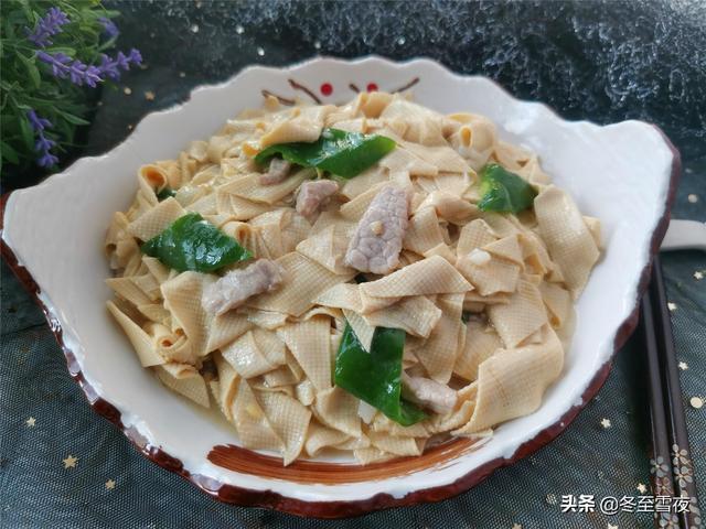 尖椒干豆腐的做法,东北尖椒干豆腐的家常做法,比平时做菜多加这一步,嫩滑入味